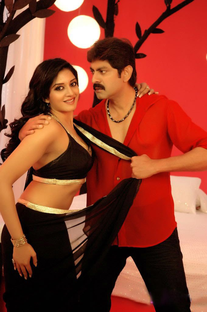 Vimala Raman hot romantic still in Chattam Movie