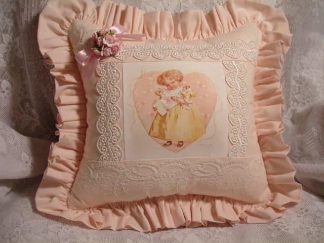 Cuscino delicato con bambina