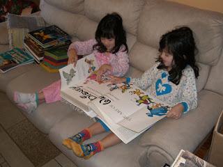 Além de me ajudarem, minhas filhotas folhearam este 'livrinho' sobre a Disney