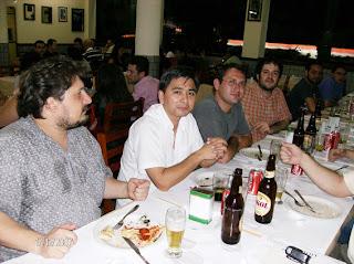 Aqui alguns dos velhinhos. A partir da esquerda: Delfin, Nobu, Diego Figueira (que finalmente apareceu numa pizza) e Eduardo Nasi. Notou aquelas manchas na camisa de cafetão cubano do Delfin? Pois é! Não era gordura da muçarela!