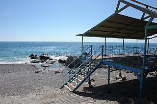 Длинная береговая линия, бесплатный пляж, много кафе, баров, дискотек на пляже