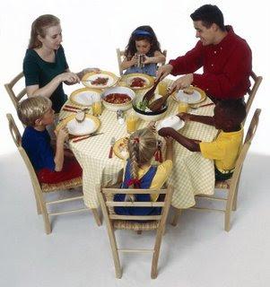 http://4.bp.blogspot.com/_0ovxGKEVVWw/THtMDNMar-I/AAAAAAAAAKs/-7xNe4U-eAY/s400/makan-bersama-turunkan-risiko-anak-.jpg