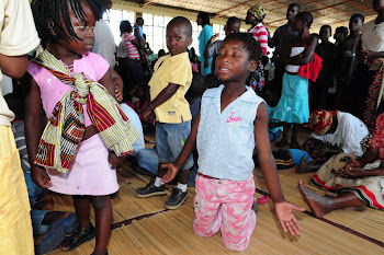 Crianças adorando a Deus.