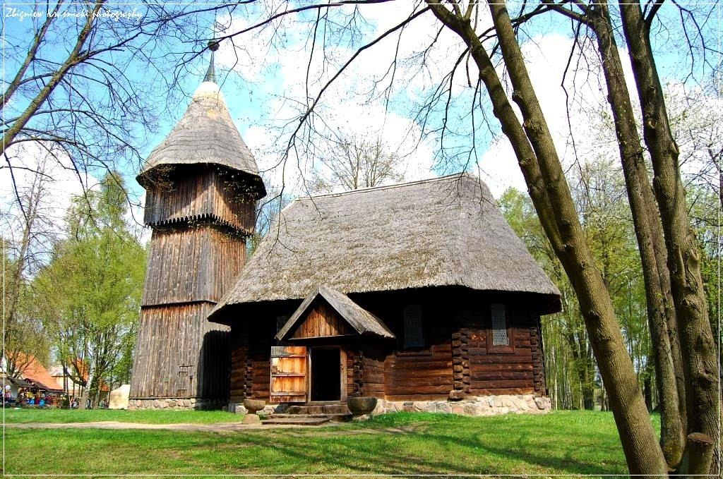 Skansen w Olsztynku: kościół, wieża, kapliczka