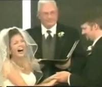 novia risa altar