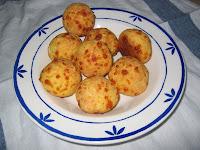 Nybagte brasilianske osteboller (pão de queijo)