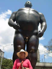 Lety bajo un gordo de  Botero en el Parque Central de Medelln