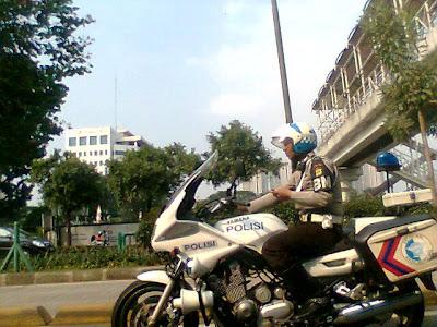 http://asalasah.blogspot.com/2013/02/foto-oknum-polisi-yang-melanggar-aturan.html
