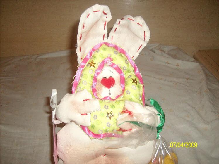 Conejo de Pascuas escondido en huevito