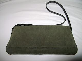 Bolsa verde militar que pode ser usada como Maxi Carteira