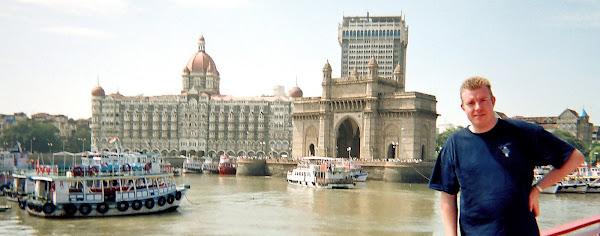 """En Inde devant le """"Taj Mahal Hotel"""" - Pour Le Cordon Bleu - 2005"""