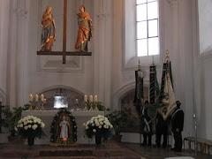 Fahnenabordnungen in der Kirche
