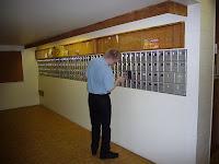 Posti tulee alakerran postilokeroihin puoliltapäivin.