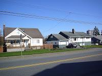 Täällä talot ovat lähellä toisiaan, eikä minkäänlainen kaava säätele rakentamista. :)