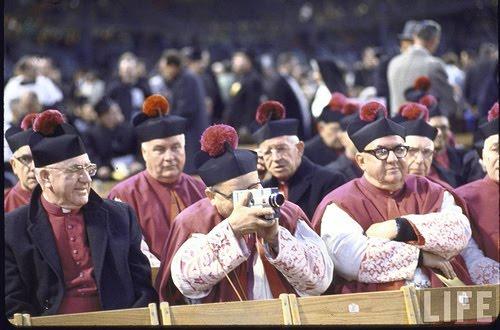 commencée depuis longtemps, cette faculté des prêtres à regarder (trouvée sur le site de pervilegio)