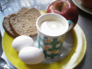 Desayuno light: Leche, huevos, tostadas y manzana