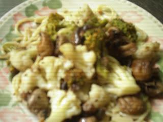 Pastas largas con brócoli, coliflor y champignones