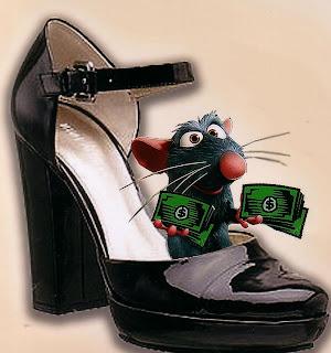 Ratinho dentro de um sapato preto contando cédulas de dinheiro