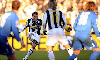 Del Piero chutando la falta, único gol del partido