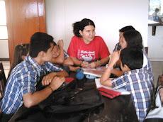 Profesores y estudiantes de Piedecuesta planeando su proyecto lector.