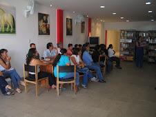 Interior de la biblioteca, taller con maestros.