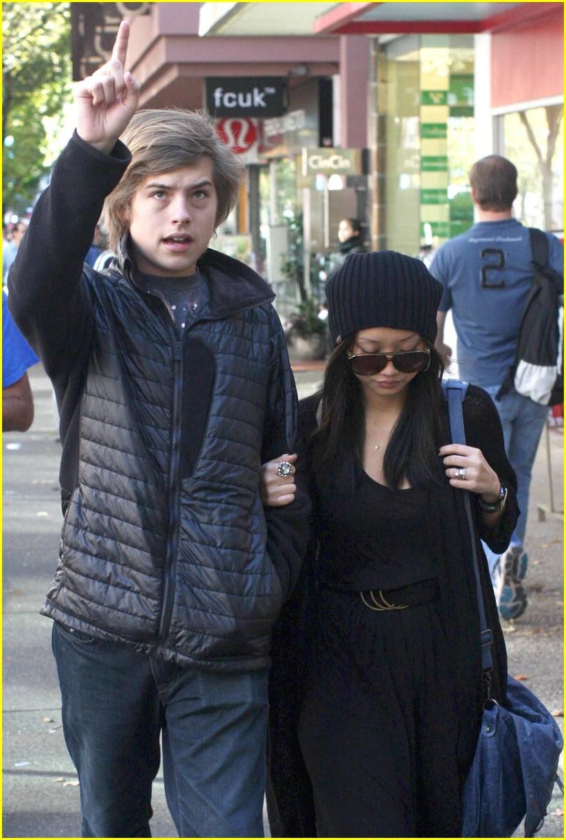 Brenda Song toma del brazo a su BFF Dylan Sprouse cuando dan un paseo