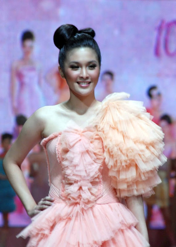 Foto Hot Sandra Dewi with Pink Dress