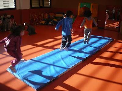 Mi clase de infantil psicomotricidad en las colchonetas - Colchonetas suelo infantiles ...