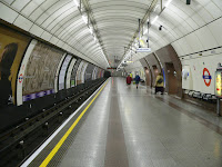 The southbound platform at the Angel Tube station, by Chris McKenna (Thryduulf at Wikimedia Commons) - published under all Creative Commons Attribution ShareAlike (cc-by-sa) licenses, specifically including all national variations.