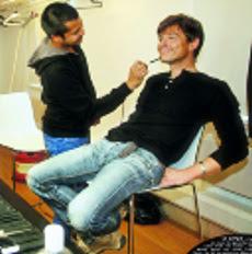 Morten preparando-se para sessão fotográfica com o fotógrafo Jim Lee