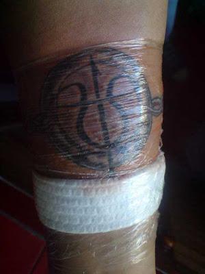 tatuaje en los nudillos. Aquí les cuelgo el tatuaje que me realicé esta tarde con la gente de Acid