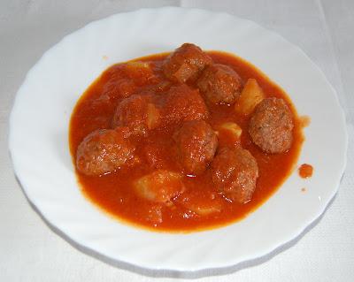 Albóndigas con tomate y patata