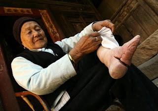 การรัดเท้าสาวจีน