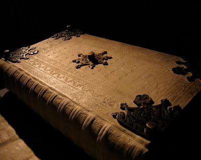 คัมภีร์ไบเบิ้ล ปีศาจ หนังสือโบราณ ที่ ใหญ่ที่สุดในโลก