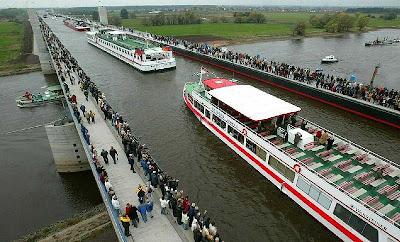 สะพาน ที่บรรจุคลองไว้บนสะพาน ( Magdeburg Water Bridge )