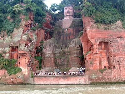 พระพุทธรูป แกะสลักหน้าผา ใหญ่ที่สุดในโลก