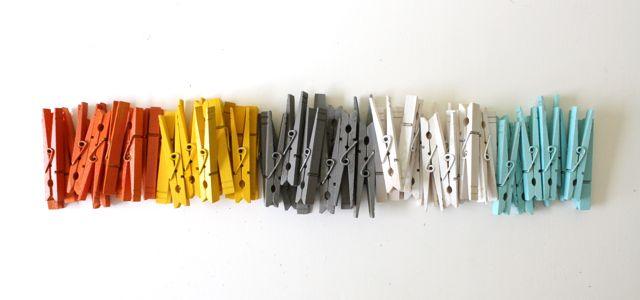 Colorful clothespins made everyday for Ganchos para colgar