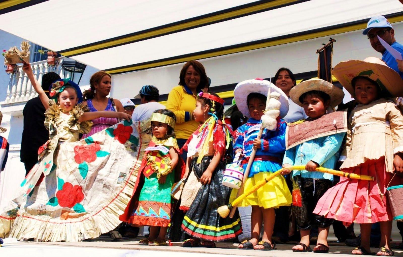 desfilan en Cajamarca con trajes elaborados con material reciclado