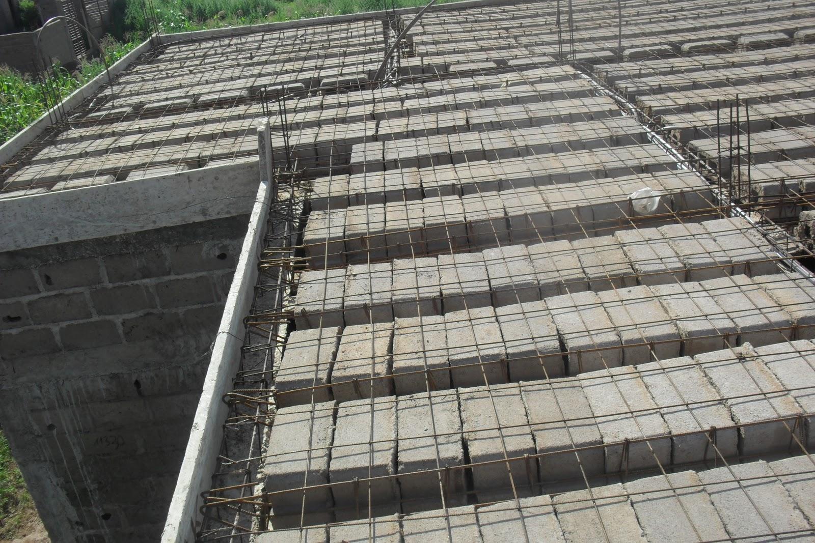 vue sur le toit la dalle est faite avec les hourdis les hourdis sont mis en place ensuite apres les avoir ferrailler on recouvre ce ferraillage de - Construire Une Maison Au Mali
