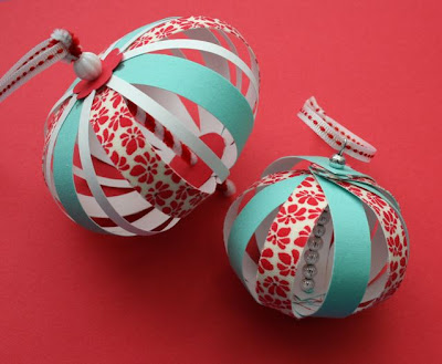 Mmmcrafts experimenting with paper fabric ornaments - Boules de noel maison ...