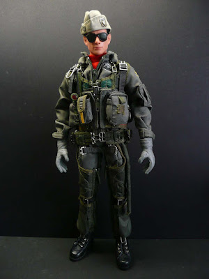 tom cruise top gun pics. Looks like Tom Cruise (note