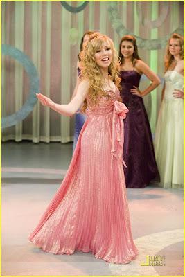 Sam de vestido rosado bailando tap