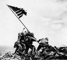 Asteamento da Bandeira Norte-Americana no cume do monte Suribachi