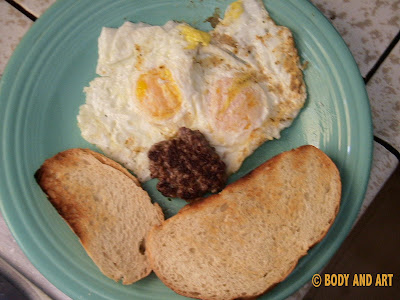 ROBBY ROBINSON'S DIET - HEALTHY MEALS - LEAN BEEF PATTY WITH EGGS AND STONE GROUND BREAD