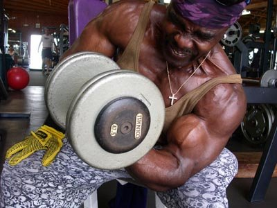 ROBBY ROBINSON - CONCENTRATION DUMBBELL CURLS OFF THE KNEE