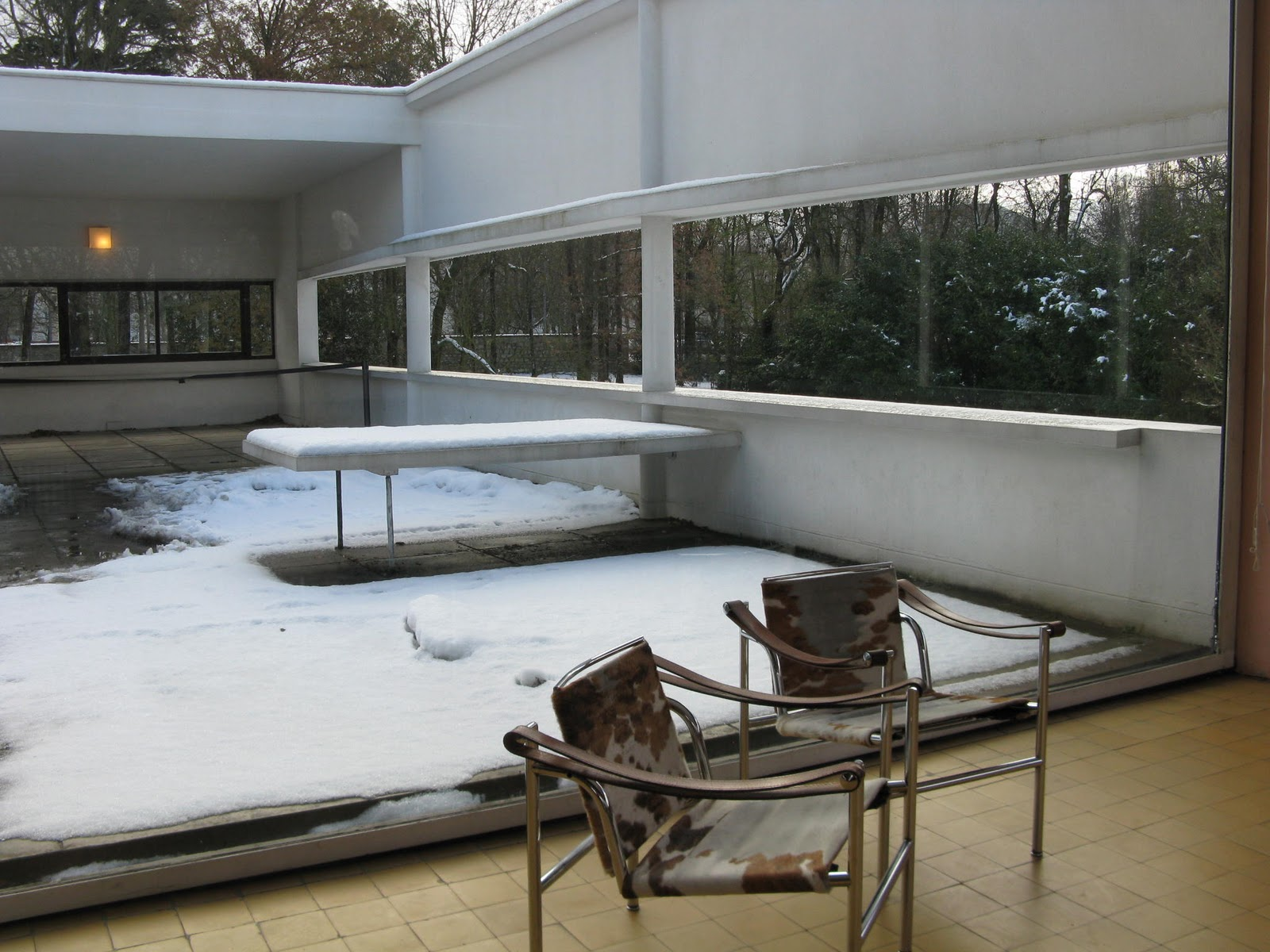 Le corbusier villa savoye interior - In Nice Weather You Can Roll Back The Window Separating Inside From Outside The Chairs Are Copies Of A Le Corbusier Design