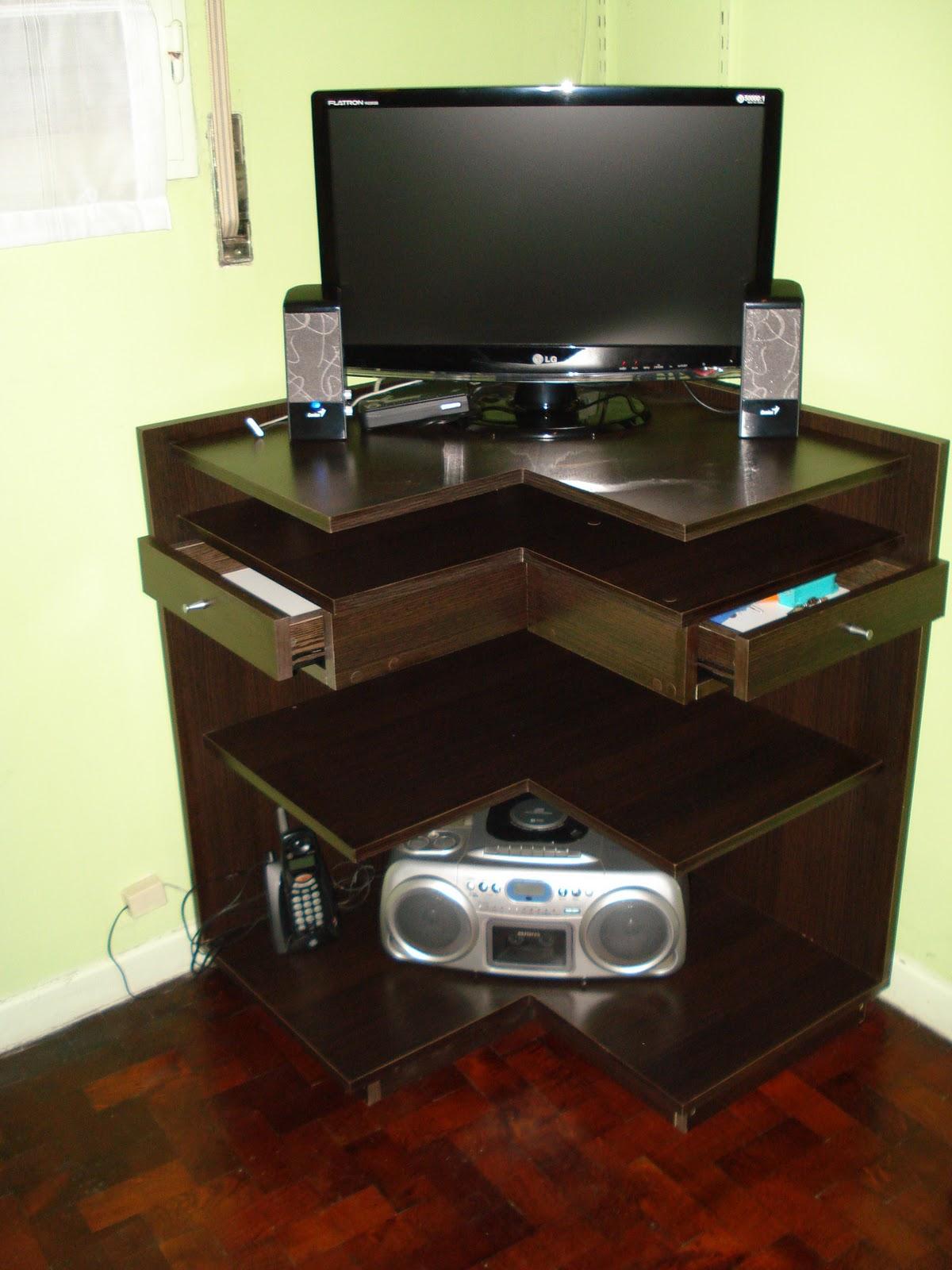 moderna mesa para tv en melamina roble moro con dos cajones y ruedas para su mejor movilidad