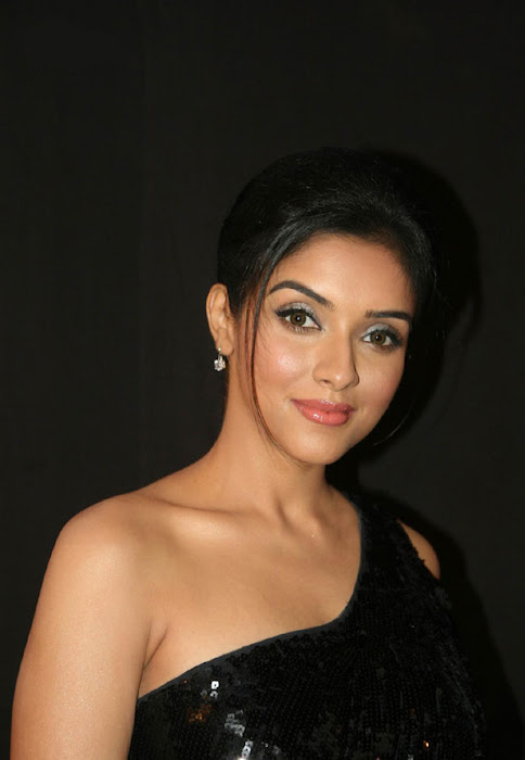 asin looks gorgeous in black