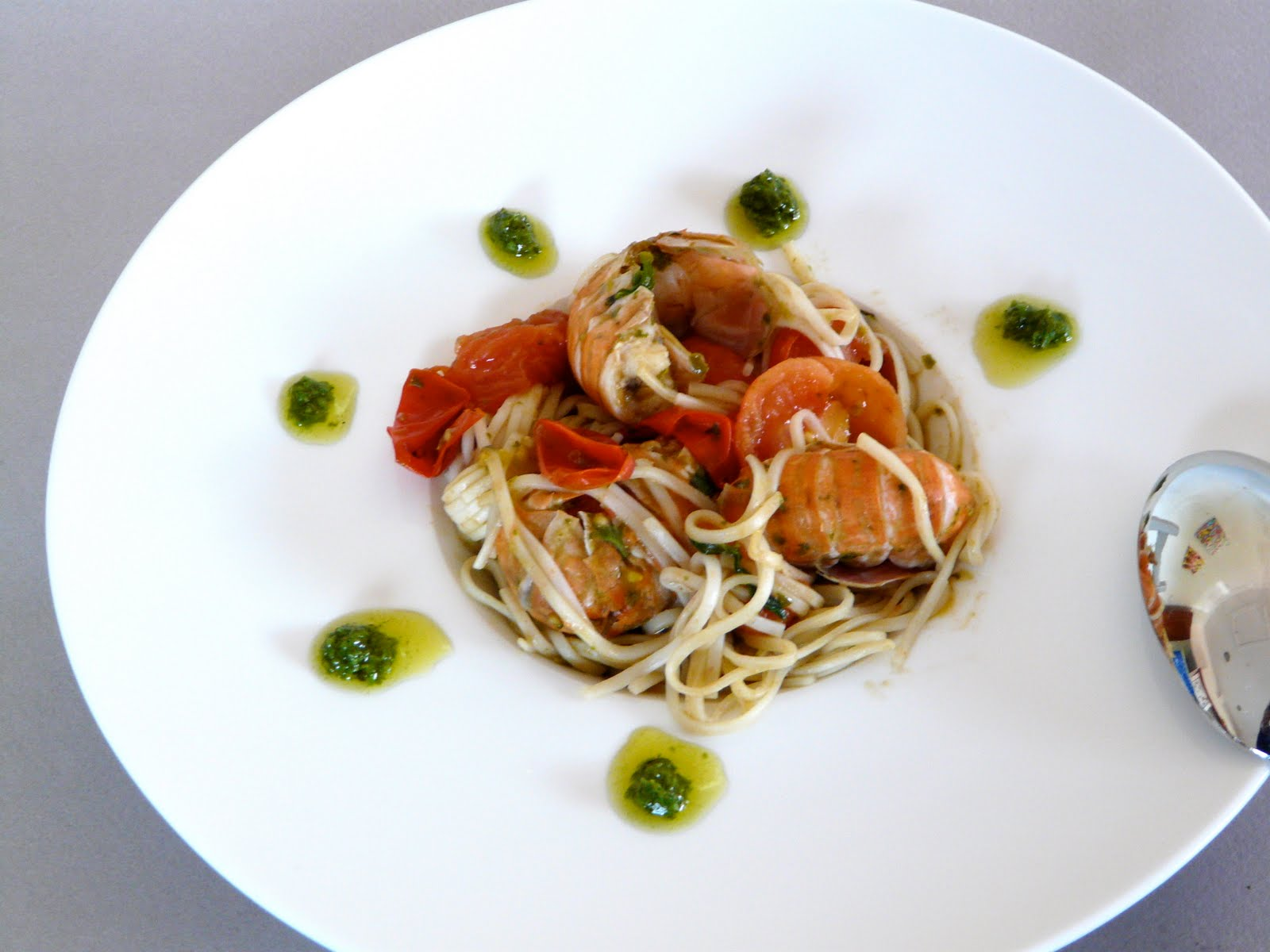 spaghetti pesto langoustines et tomates cerise recette. Black Bedroom Furniture Sets. Home Design Ideas
