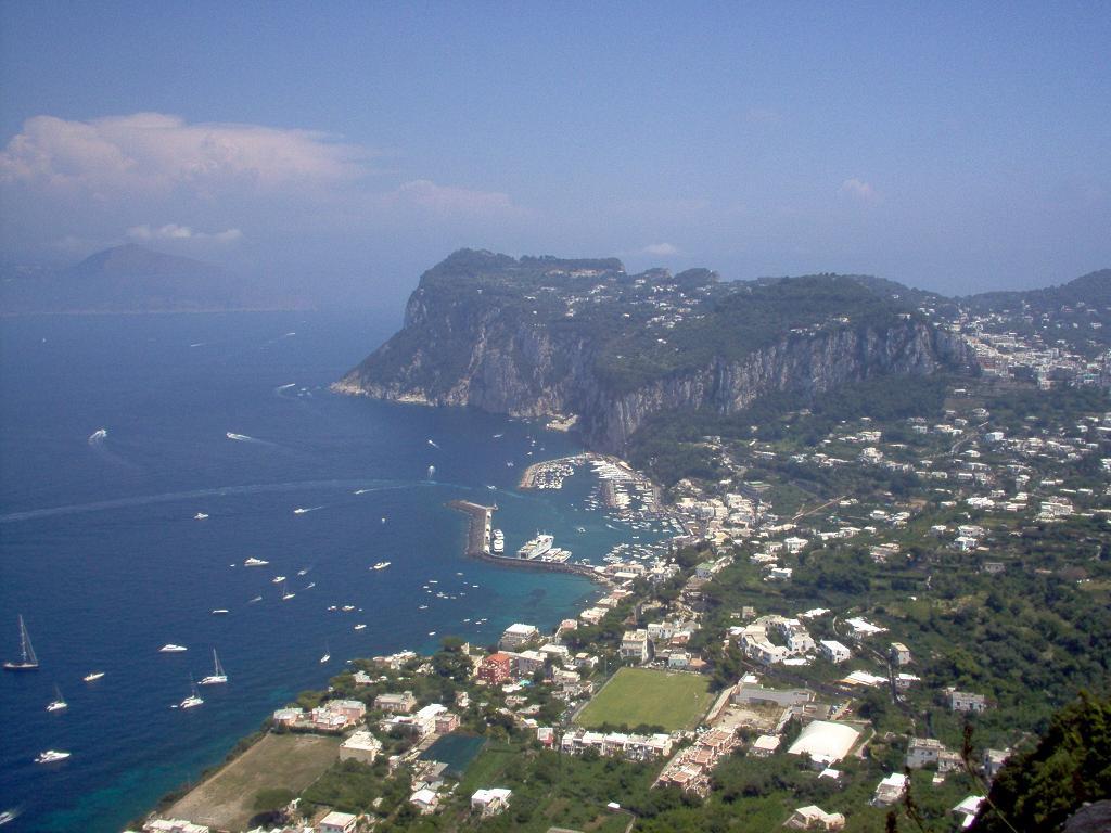 http://4.bp.blogspot.com/_2IU2Nt4rD1k/TTFYZgFqIUI/AAAAAAAACk0/thMF20N3F8w/s1600/Capri_Island.jpg